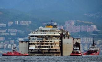Costa Concordia arrivata al porto di Genova, 'missione compiuta'