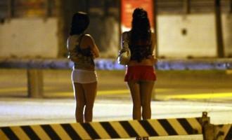 Estorce denaro a frequentatori di siti di incontri a luci rosse spacciandosi per esponente dei Casamonica