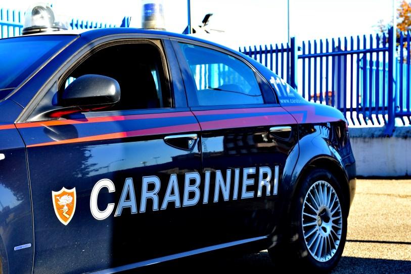 Paura a Santa Marinella due nomadi speronano un auto dei Carabinieri dandosi alla fuga nelle campagne