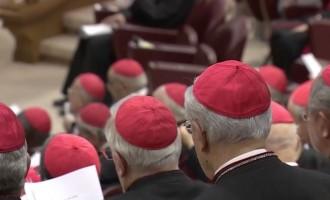 """Papa Francesco apre il Concistoro: """"Riforma della Curia dia una forte testimonianza cristiana"""""""