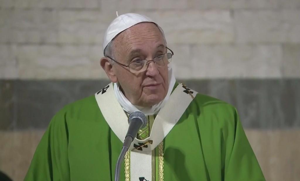 """Papa Francesco, """"non cercare la felicità seguendo i venditori di fumo"""