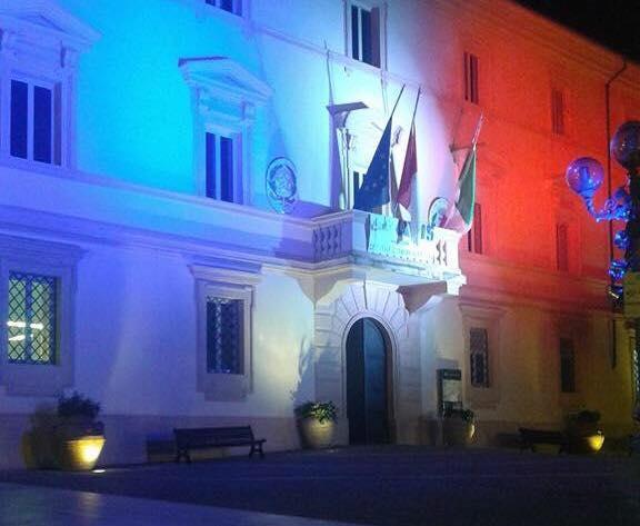 Tolfa: fino a domenica palazzo comunale illuminato con il tricolore Francese