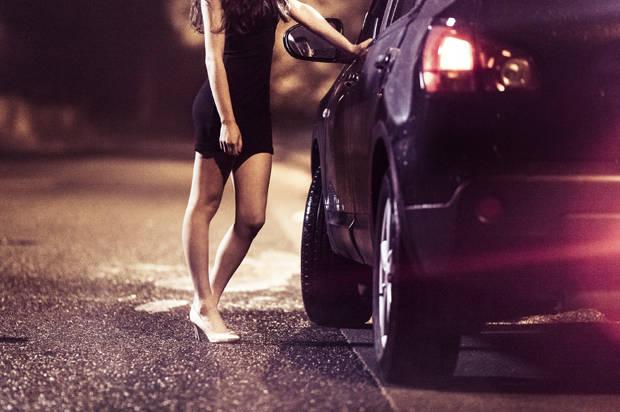 La sua auto come camerino per far cambiare una ragazza che si prostituiva sulla Salaria