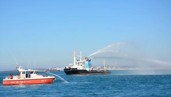 Incendio a bordo di una nave:  la Guardia Costiera conduce un'esercitazione