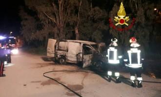 Santa Severa va a fuoco un furgone presso la stazione ferroviaria