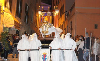 Civitavecchia, ad ogni balcone o davanzale un drappo del colore del saio dei penitenti, o del colore delle bandiere della processione