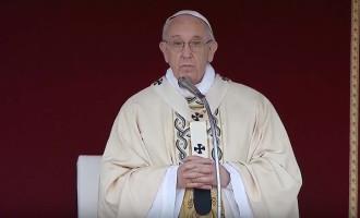 Messa di Pasqua: Papa, 'soccorrere i nuovi schiavi, scandalo il divario tra ricchi e poveri'
