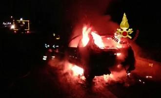 Va a fuoco un auto con una intera famiglia a bordo scampata alla fiamme