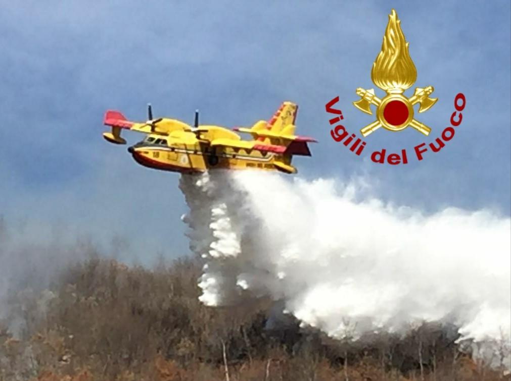 Vasto incendio tra Santa Marinella, Santa Severa e Tolfa elicotteri e Canadair in una zona impervia