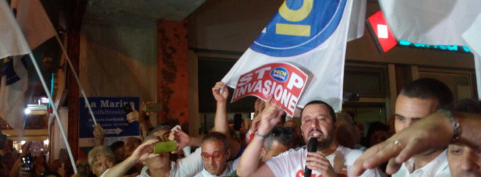 Navi migranti, Civitavecchia divisa dall'arrivo di Salvini tra l'Inno di Mameli e Bella Ciao