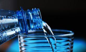 Ladispoli, bottiglie di acqua confezionata al posto dell'autobotte
