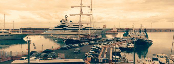Lo yacht dell'emiro del Qatar lascia il porto di Civitavecchia tra molti commenti