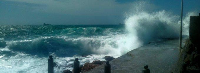 Il mare in tempesta travolge l'Antemurale di Civitavecchia sotto gli occhi dei crocieristi