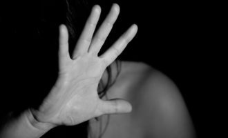 Tenta un approccio sessuale sotto la minaccia di un coltello arrestato 26enne