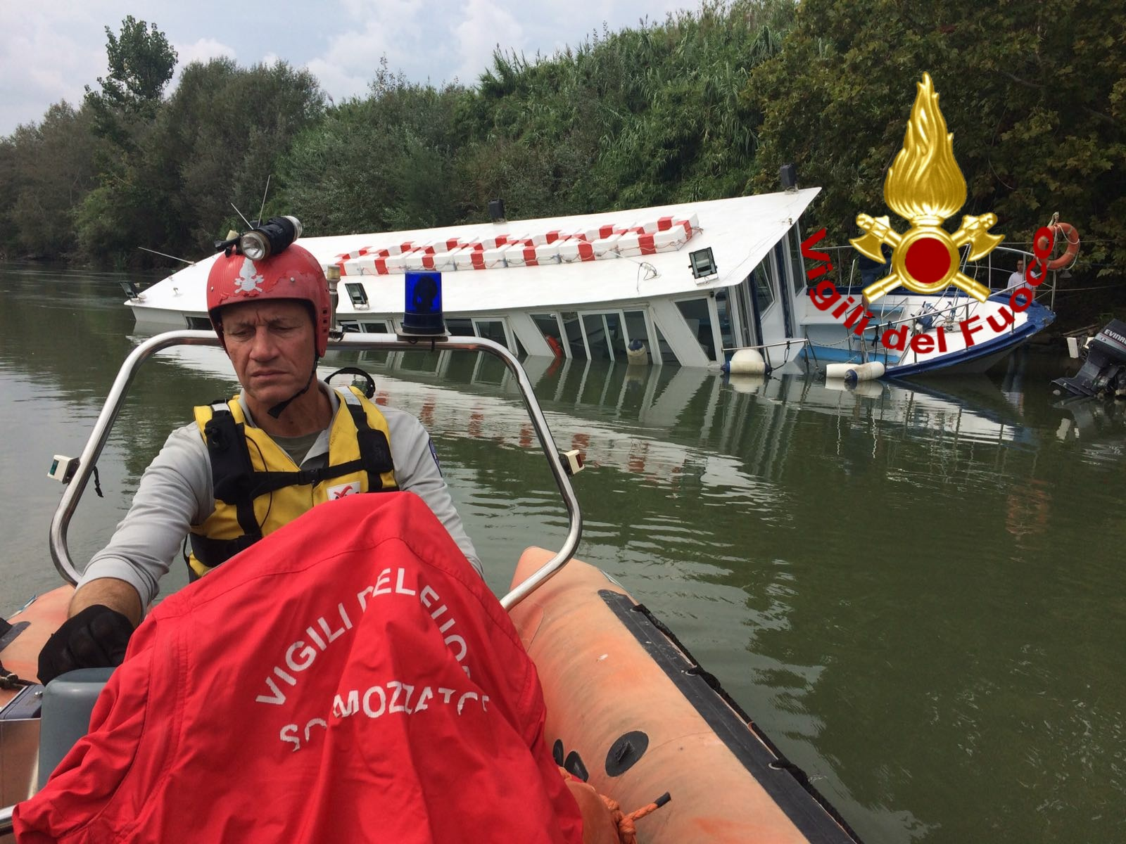 Battello turistico rischia di affondare nel Tevere 70 persone messe in sicurezza