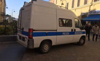 La Polizia Locale di Civitavecchia impedisce l'installazione abusiva di cartelloni pubblicitari