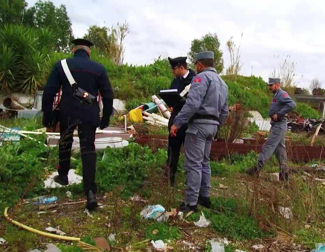 Carabinieri scoprono discarica abusiva in area archeologica due denunciati tra i quali un Casamonica