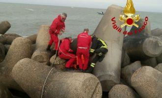 Recuperato dai VVF un pescatore privo di vita caduto in mare per le forti onde