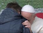 Papa Francesco abbraccia il piccolo Emanuele, orfano del padre
