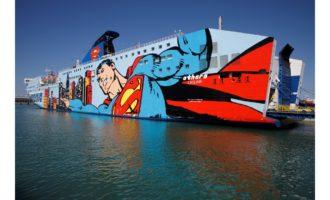 Presentata al porto di  Civitavecchia la nuova livrea della nave di Tirrenia raffigurante Superman