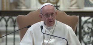 """Papa Francesco sui migranti, """"Osservare i limiti imposti dal diritto internazionale umanitario"""""""
