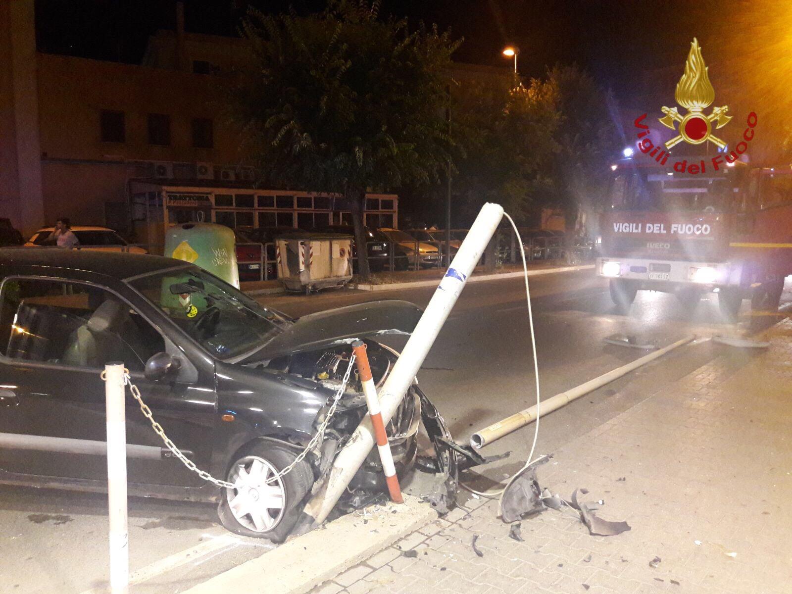 Civitavecchia, paura nella notte per un'auto che va contro un palo dell'illuminazione