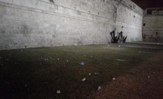 Civitavecchia, sporcizia sotto il Forte Michelangelo tra erba gialla e cespugli