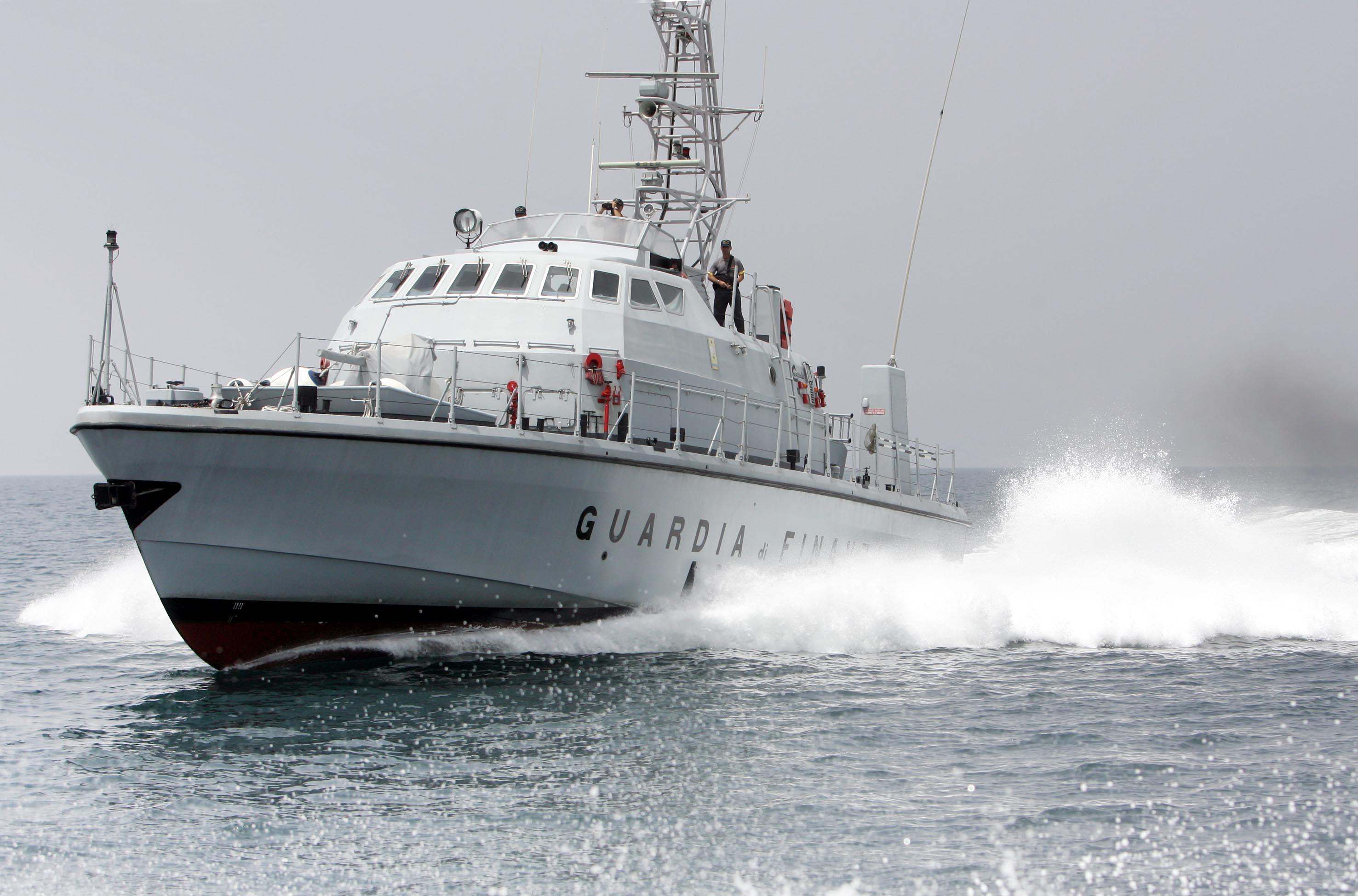 Catamarano alla deriva: equipaggio salvato dalla Guardia di Finanza