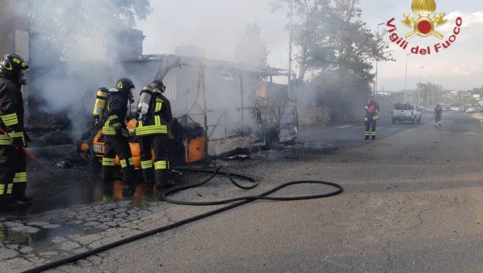 Civitavecchia, in fiamme un autobus a via Terme di Traiano nessun ferito