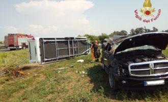 Ladispoli, auto con roulotte si capovolge finendo fuori strada coinvolta una famiglia tedesca