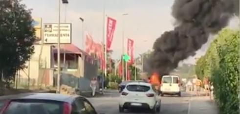 Civitavecchia, incendio a via Terme di Traiano
