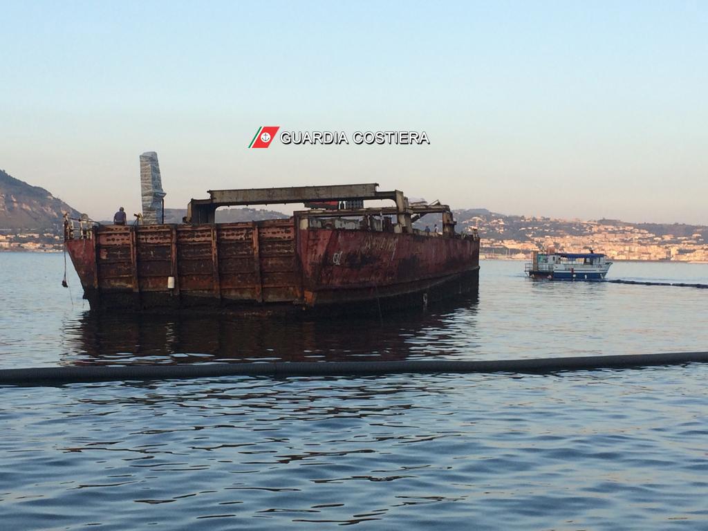"""Rimosso il relitto della Motonave """"SASSARI Primo"""" dalle rada del porto di Baia"""