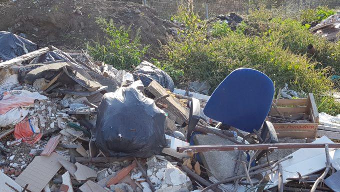Santa Marinella, discarica abusiva sotto Fosso Cupo