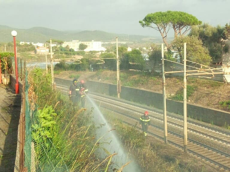 Santa Marinella, incendio di sterpaglie lungo la ferrovia e le abitazioni intervento tempestivo dei VVF di Civitavecchia