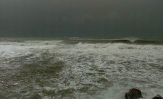 Muore a Santa Marinella un surfista dopo l'impatto per il forte vento contro gli scogli