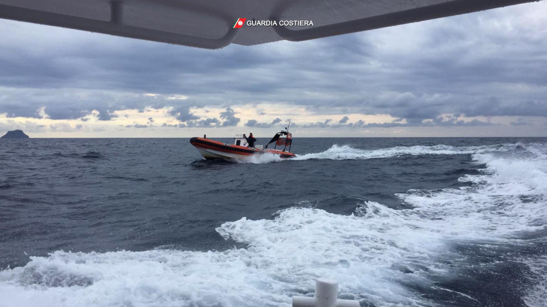La Guardia Costiera di Cagliari impegnata nella ricerca e soccorso di un barchino con i migranti a bordo