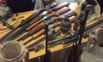 Civitavecchia, litiga con il vicino di casa minacciandolo di morte trovate numerose armi e reperti archeologici