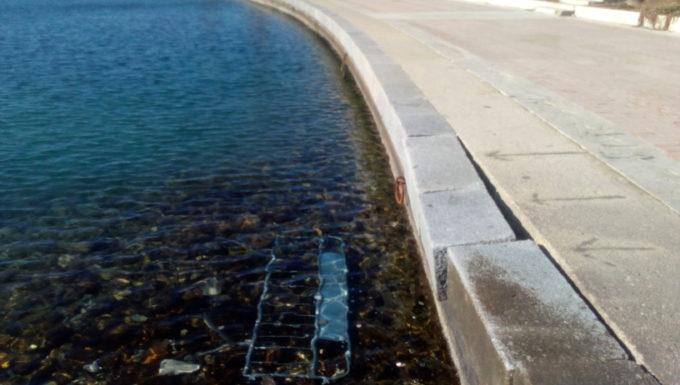 Civitavecchia, transenna a mare e blocchi di cemento pericolanti