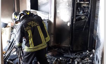 Civitavecchia, fiamme travolgono un appartamento a viale Guido Baccelli