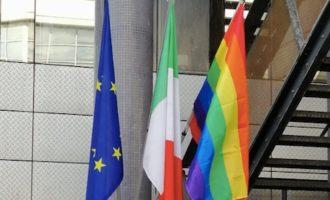 Giornata contro l'omofobia: la bandiera arcobaleno sventola dal comune di Fiumicino