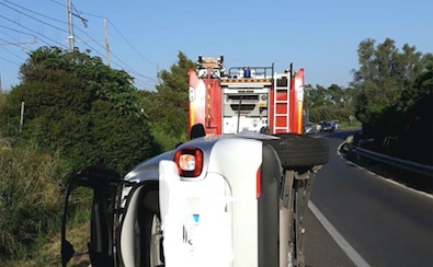 Incidente stradale nei pressi di Santa Marinella auto si cappotta
