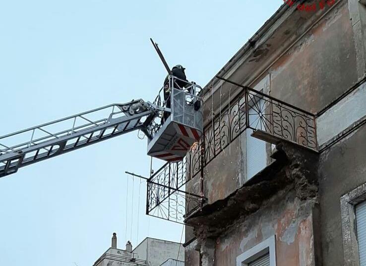 I VVF di Civitavecchia mettono in sicurezza a Tolfa una palazzina a seguito del crollo di un balcone