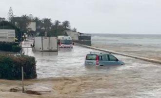 Civitavecchia, ambulanza ed una macchina  immersa nell'acqua occupanti salvati dai VVF