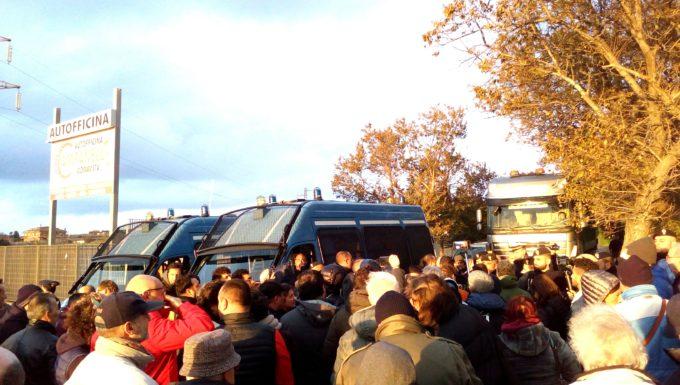 Civitavecchia, rifiuti da Roma al via le proteste bloccato un camion