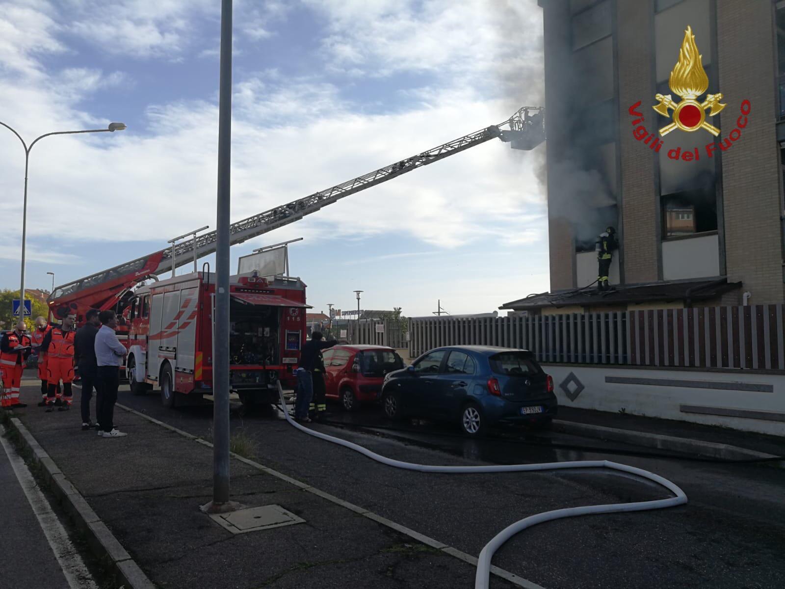 Civitavecchia, a fuoco un appartamento famiglia chiede aiuto tempestivo intervento dei VVF