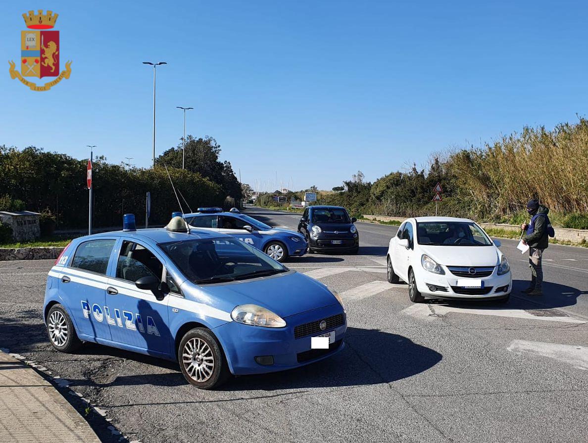 Civitavecchia, controlli anti COVID-19 donna travolge tre auto in sosta e si scaglia contro gli agenti